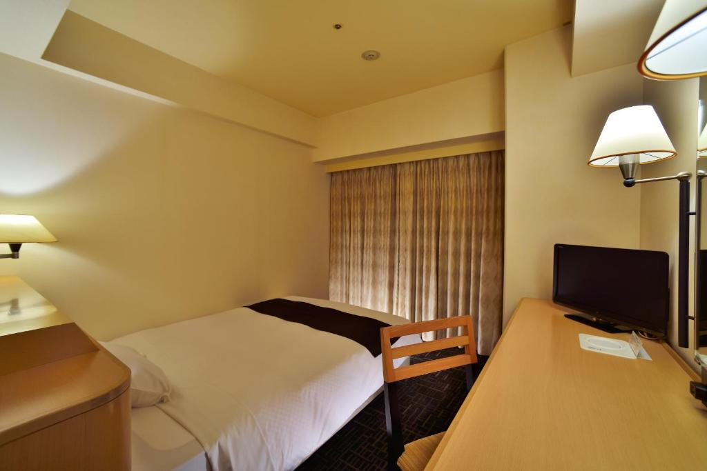 A bed or beds in a room at Canal City Fukuoka Washington Hotel