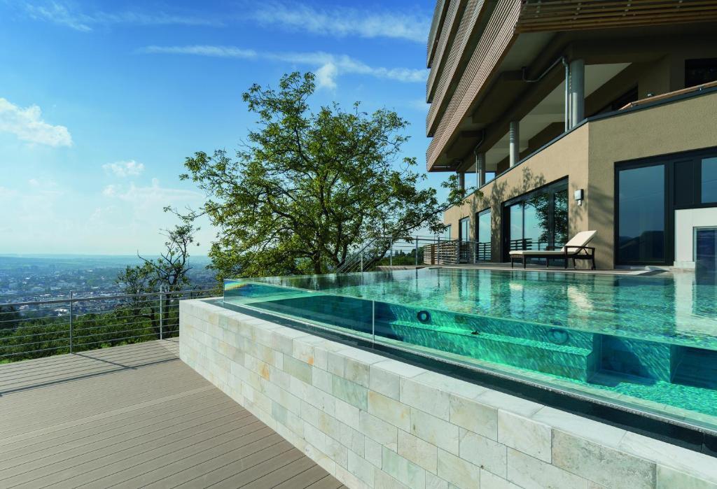Der Swimmingpool an oder in der Nähe von Achalm Hotel