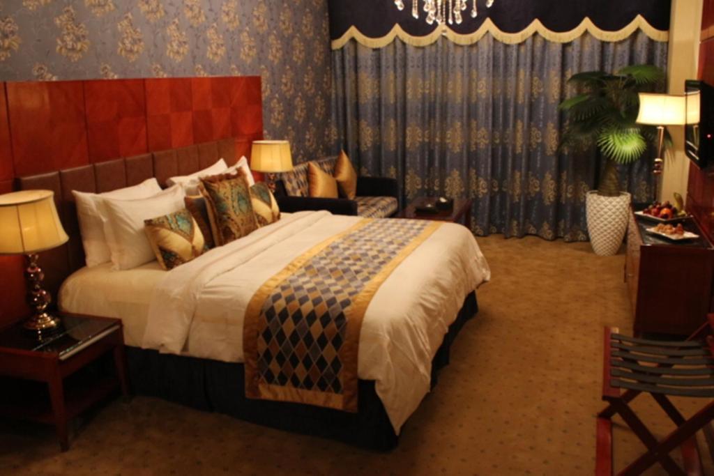 سرير أو أسرّة في غرفة في فندق المدينة هارموني