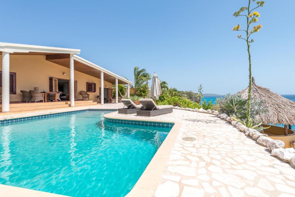 A piscina localizada em Pelican Villa ou nos arredores