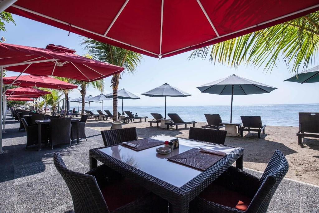A restaurant or other place to eat at Villa Shanti Beach Hotel