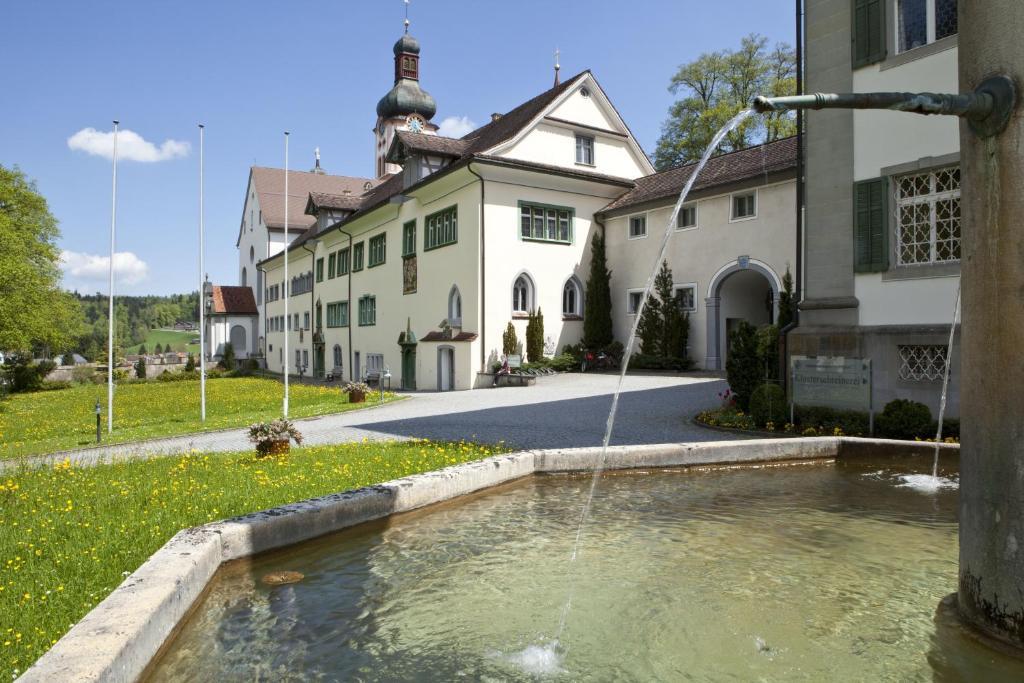 Der Swimmingpool an oder in der Nähe von Seminarhotel Kloster Fischingen