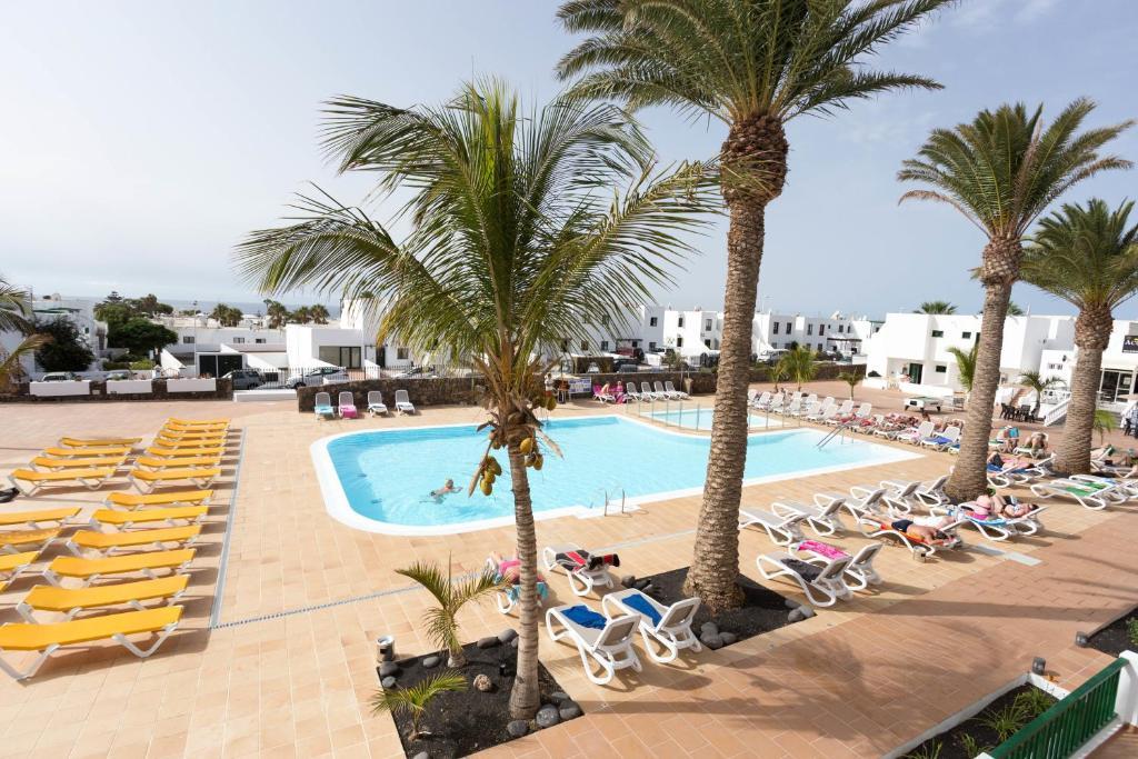 Uitzicht op het zwembad bij Apartamentos Acuario Sol of in de buurt