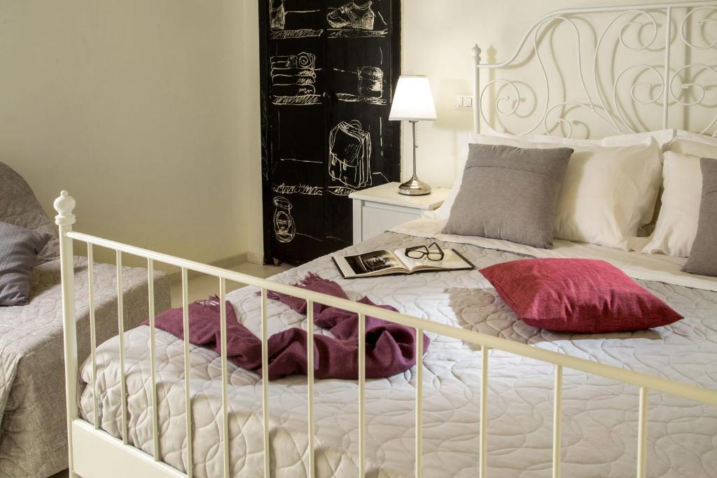 A bed or beds in a room at La Casina Vaticana