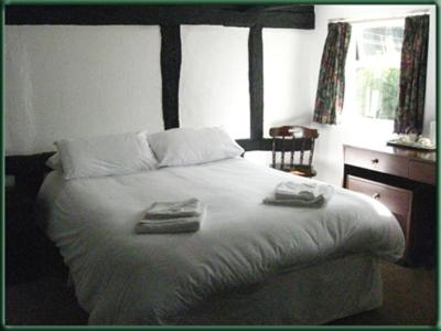 A bed or beds in a room at The Bulls Head Inkberrow