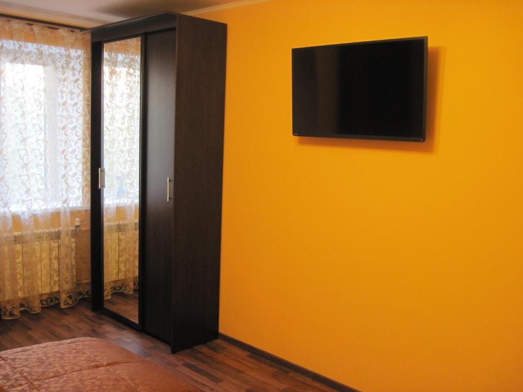 Телевизор и/или развлекательный центр в Апартаменты Знатный Гость