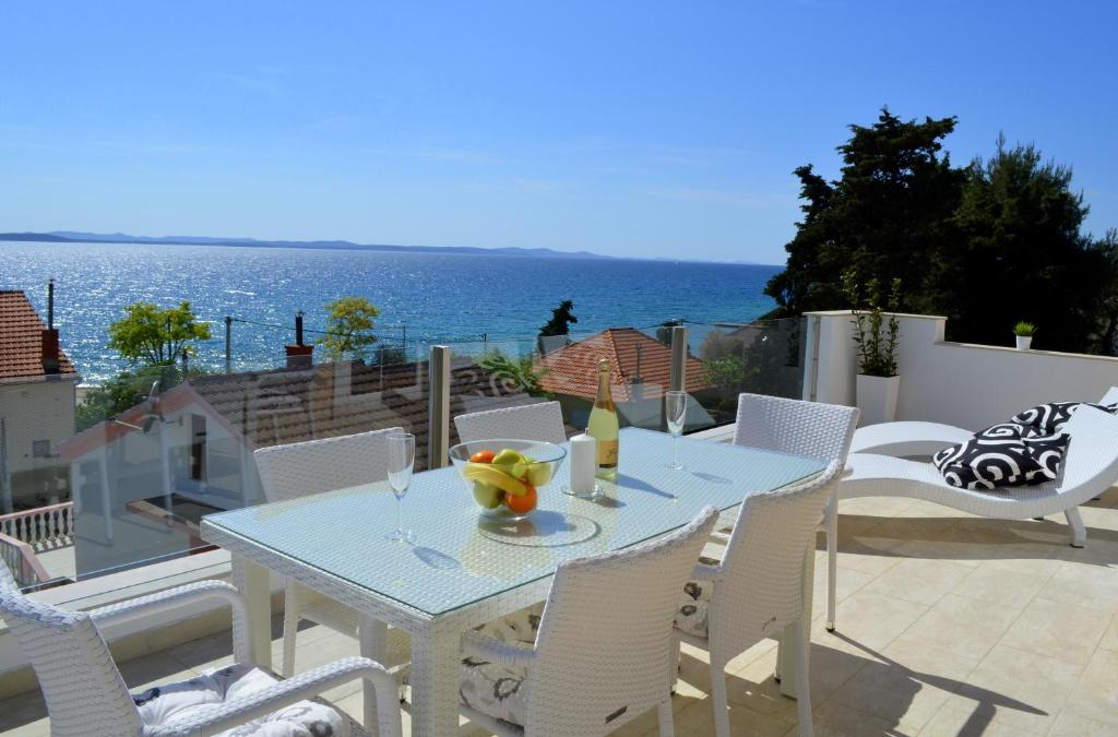 A restaurant or other place to eat at Apartments Zadar Superior
