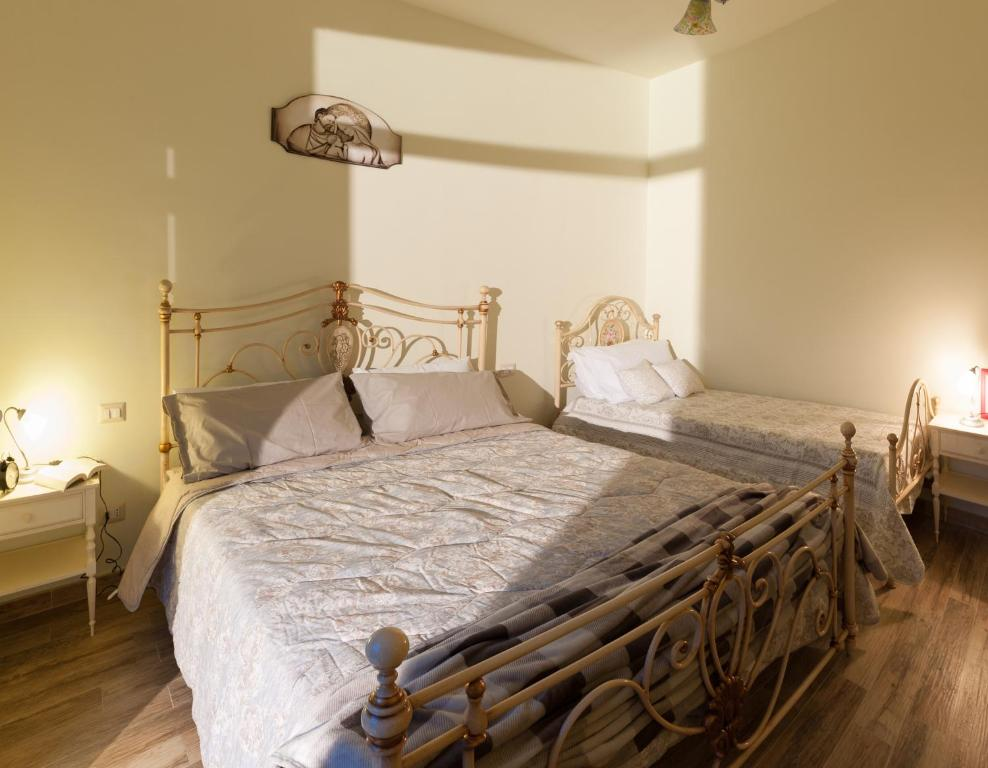 A bed or beds in a room at Agriturismo Casa Rosa