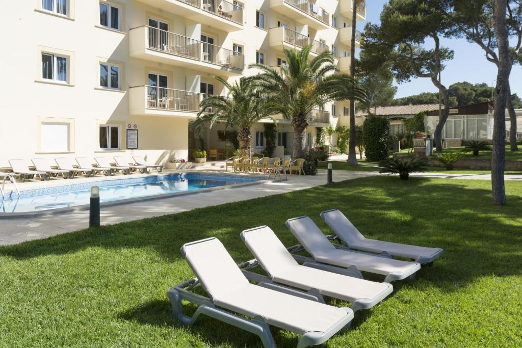 The swimming pool at or near Apartamentos Tres Torres