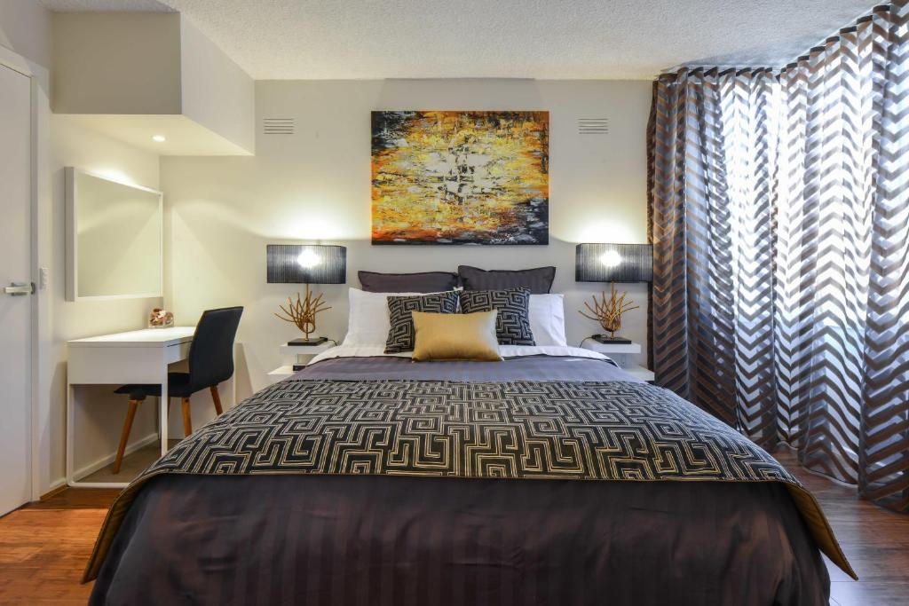 A bed or beds in a room at CBD Vistas - StayCentral