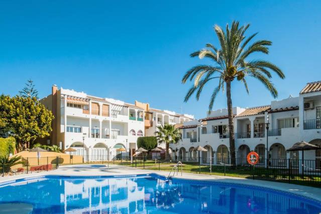 The swimming pool at or near Apartamento Rio Marinas Nerja 46