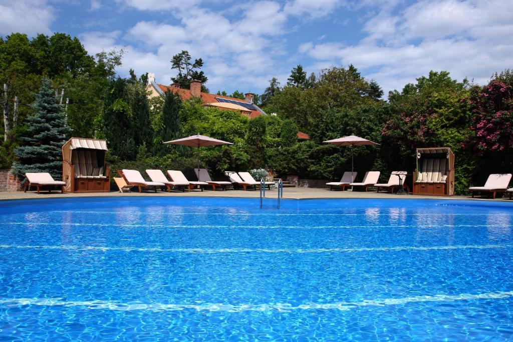 Der Swimmingpool an oder in der Nähe von Oasis Resort