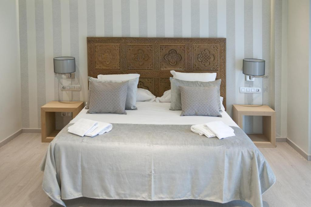 A bed or beds in a room at Serennia Exclusive Rooms
