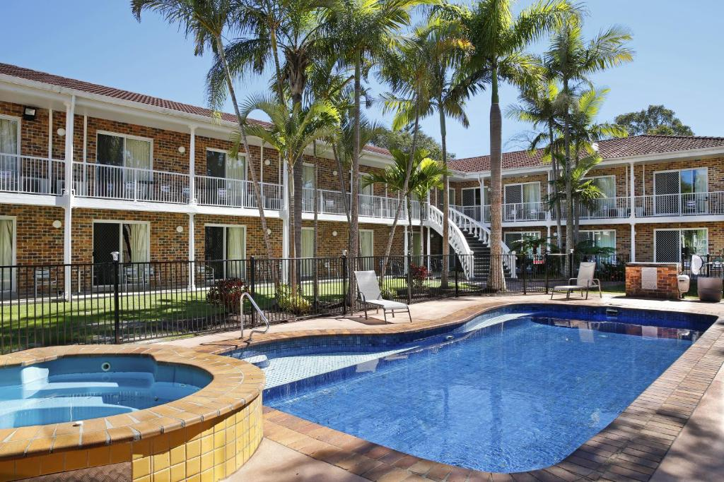 The swimming pool at or close to Aston Motel Yamba