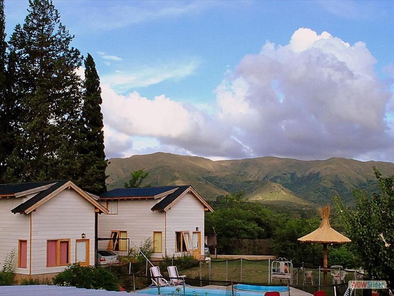Una imagen general de la montaña o una montaña tomada desde el complejo de cabañas