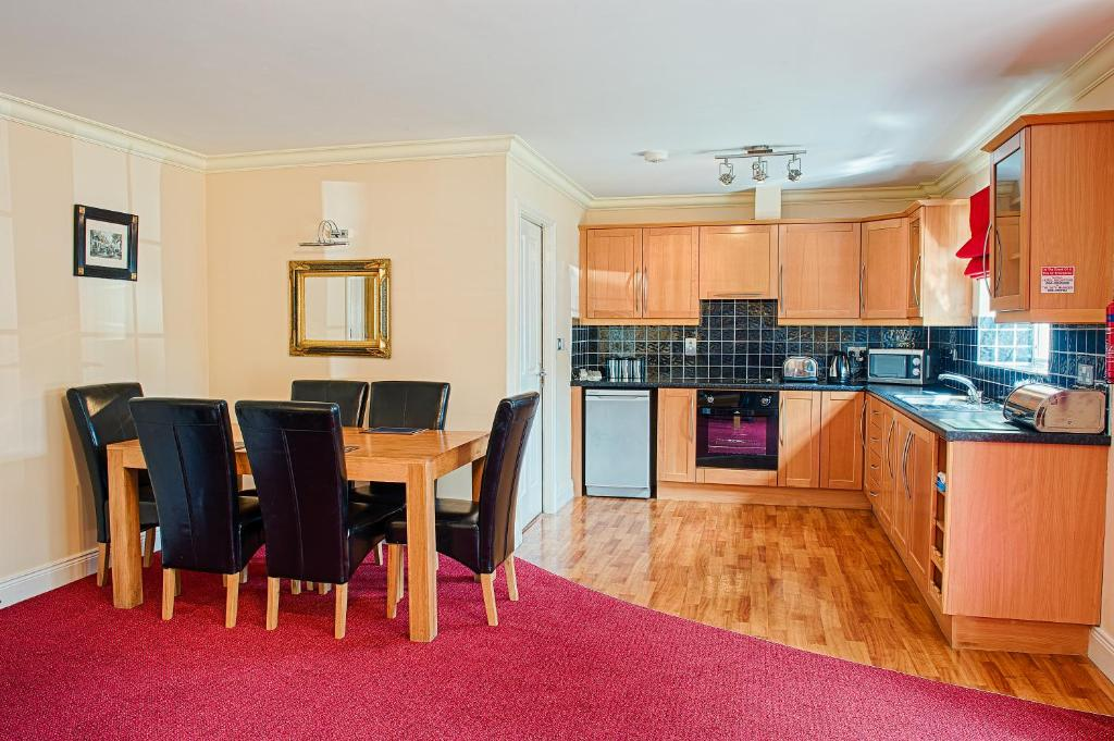 A kitchen or kitchenette at The Gleneagle River Apartments