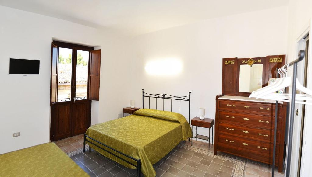 A bed or beds in a room at In Piazzetta