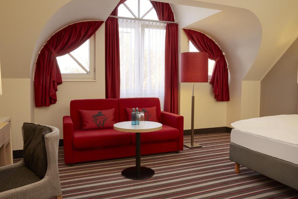 Ein Sitzbereich in der Unterkunft H+ Hotel Stade Herzog Widukind
