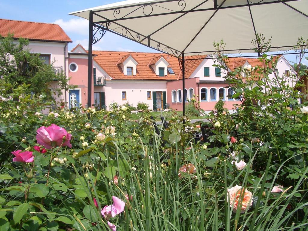 Ein Garten an der Unterkunft Hotel Garni Landhaus Florian