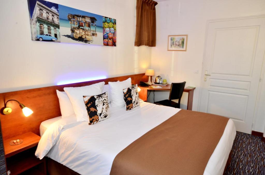 A bed or beds in a room at Hôtel du Fort