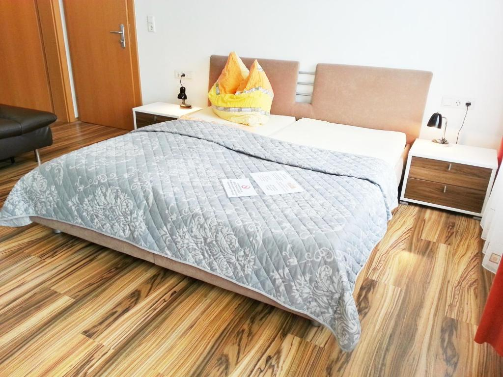 A bed or beds in a room at Gästehaus zur weißen Rose
