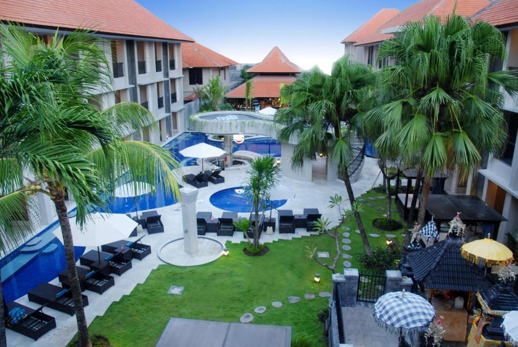 Pemandangan kolam renang di Grand Barong Resort atau di dekatnya