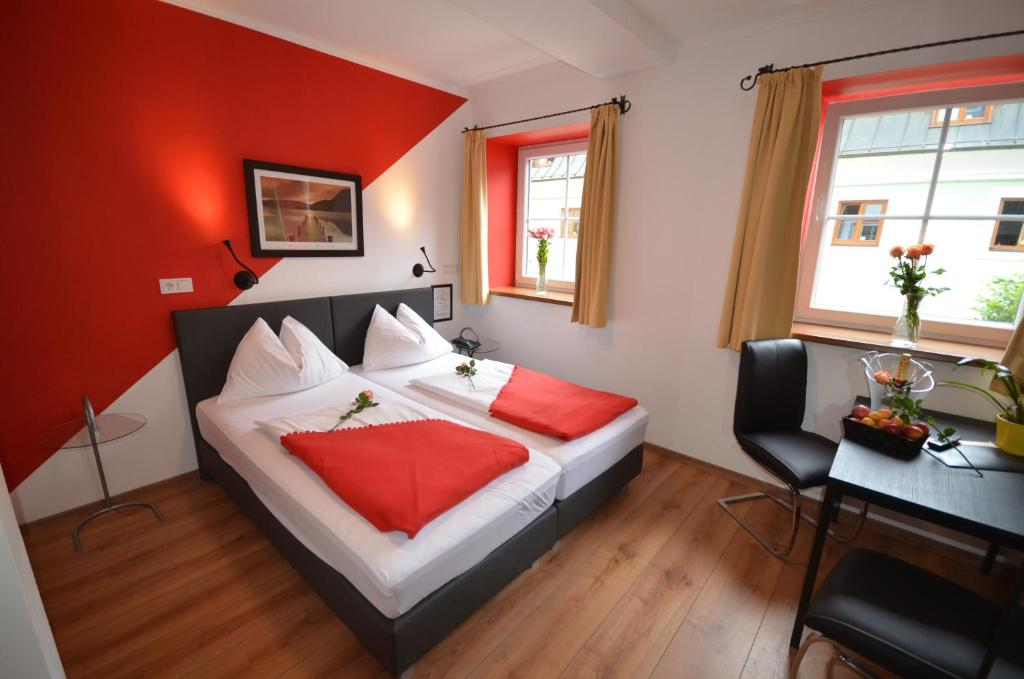 A bed or beds in a room at Hotel Traube