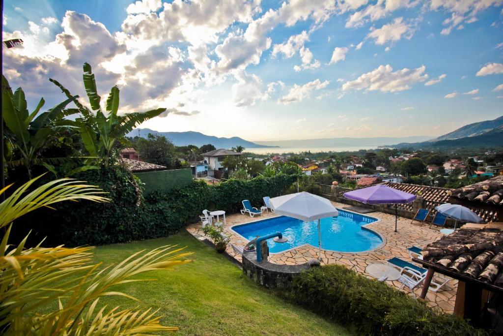 Uma vista da piscina em Pousada Mirailha ou nos arredores