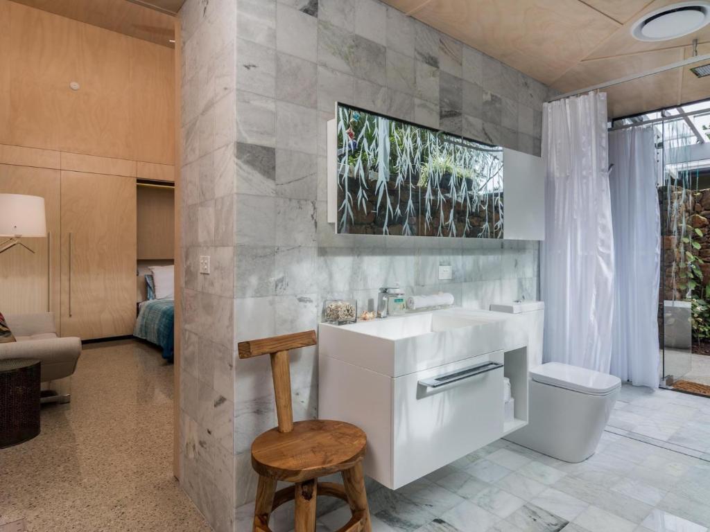 A bathroom at Buhwi Bira Byron Bay - Studio