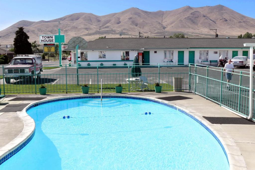 The swimming pool at or near Town House Motel