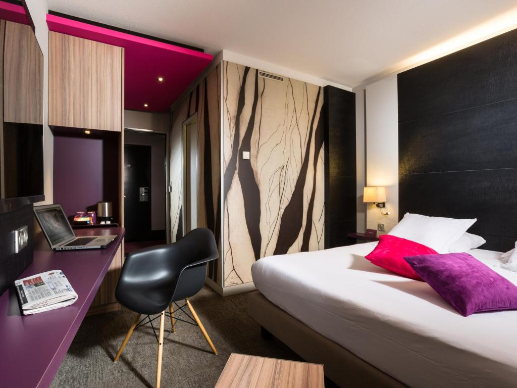 A bed or beds in a room at Mercure Colmar Centre Unterlinden