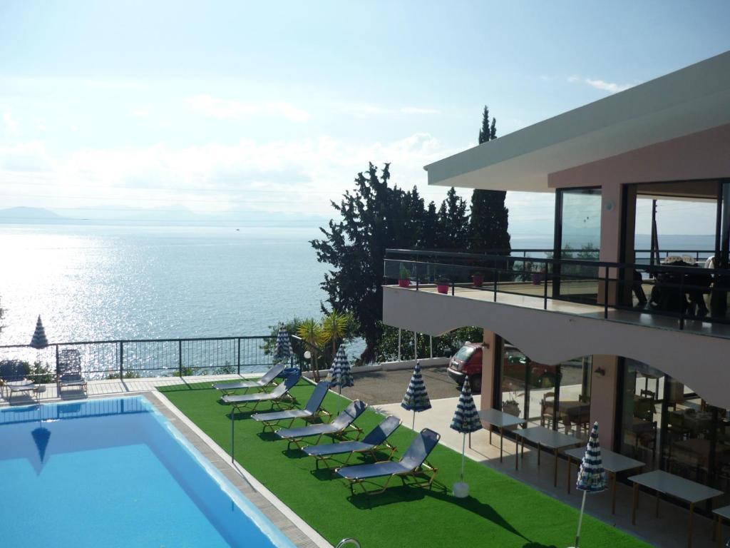 Θέα της πισίνας από το Karina Hotel  ή από εκεί κοντά