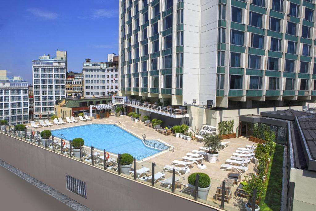 Вид на бассейн в The Marmara Taksim или окрестностях