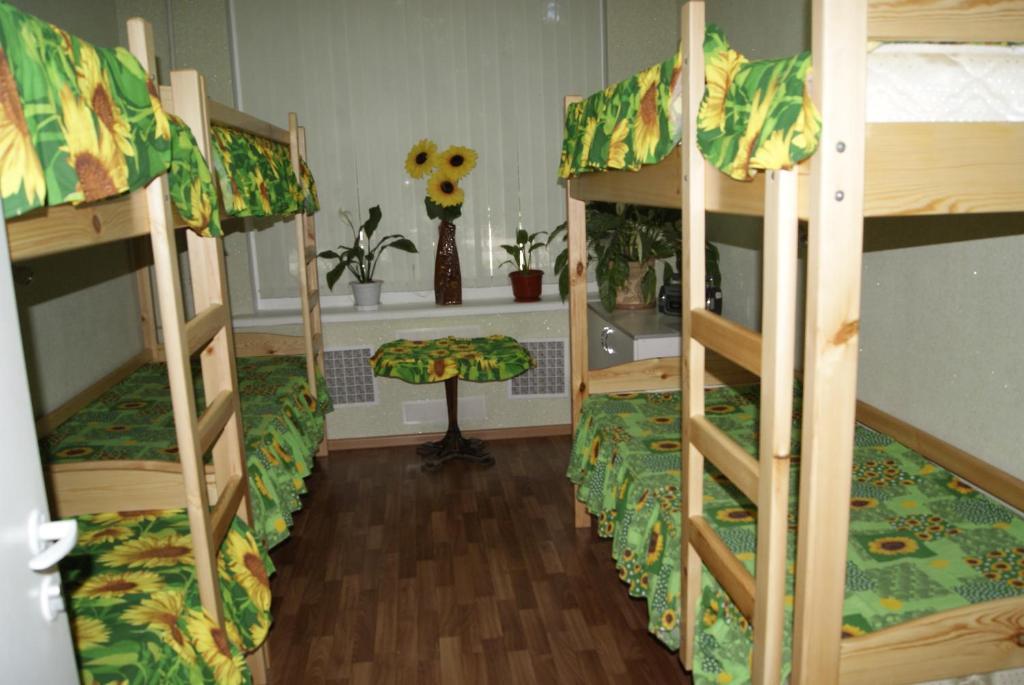 Двухъярусная кровать или двухъярусные кровати в номере Podsolnuh Hostel