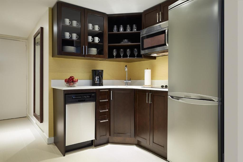 A kitchen or kitchenette at Residence Inn by Marriott Montréal Downtown