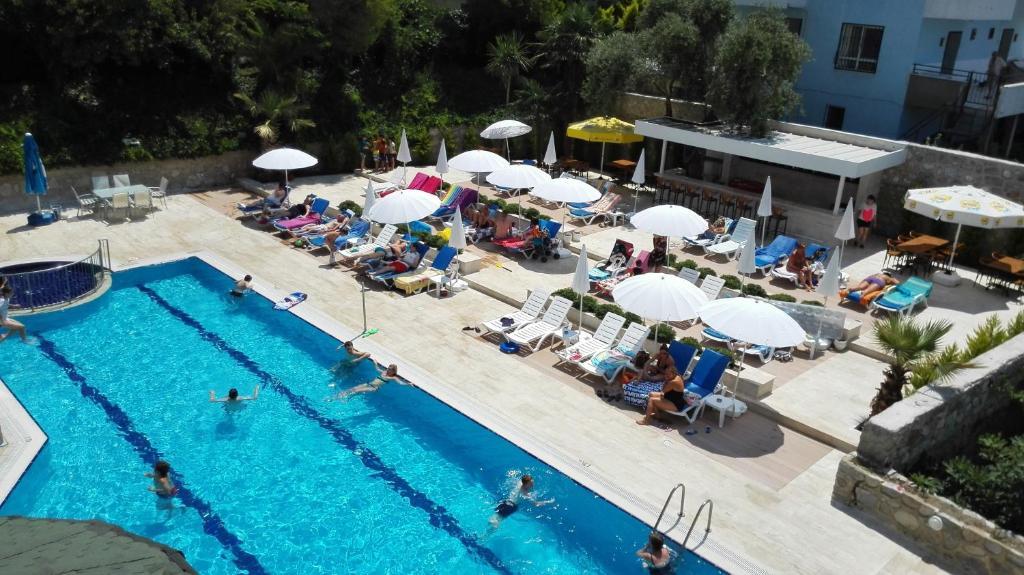 Uitzicht op het zwembad bij Happy Apart Hotel of in de buurt
