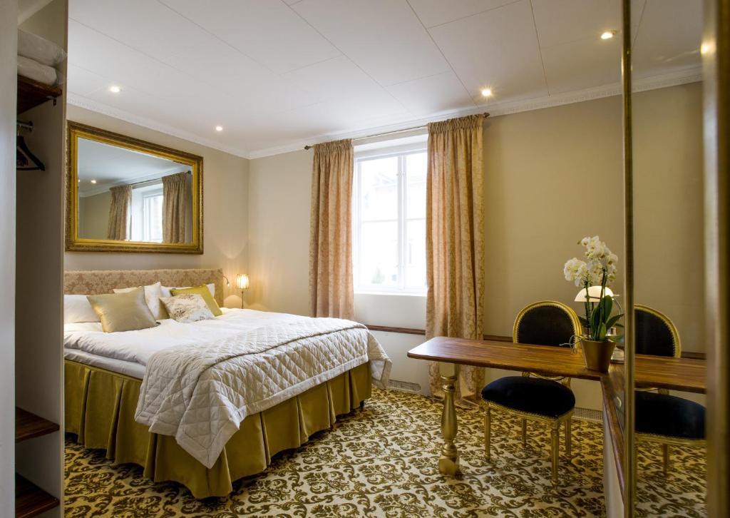 Säng eller sängar i ett rum på Sockerslottet Hotell