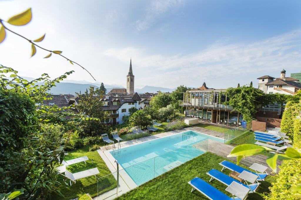 Ein Blick auf den Pool von der Unterkunft Hotel Goldener Stern oder aus der Nähe