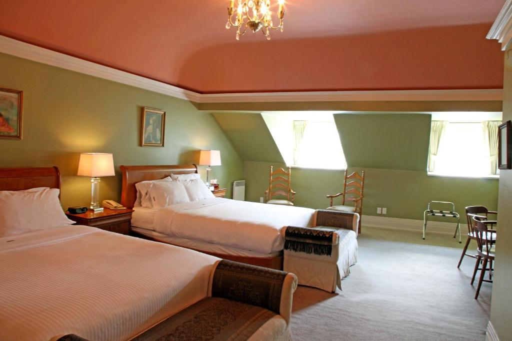 A bed or beds in a room at Auberge La Chouette