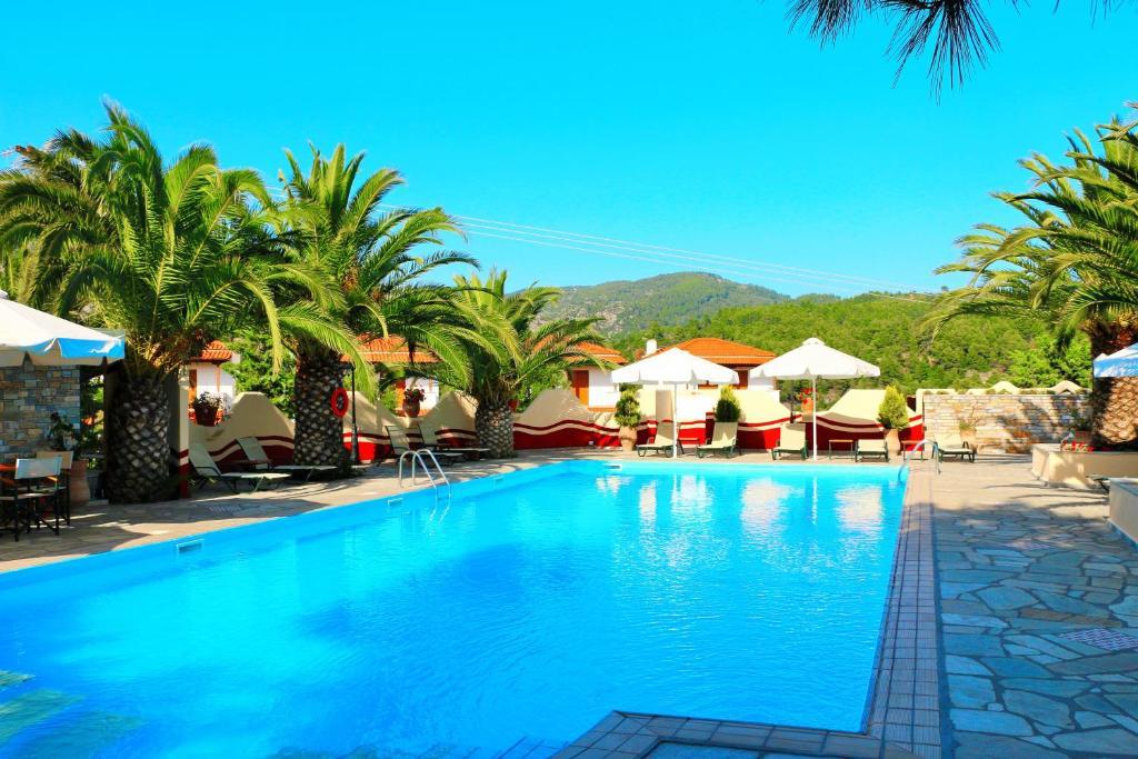 Бассейн в Kelyfos Hotel или поблизости