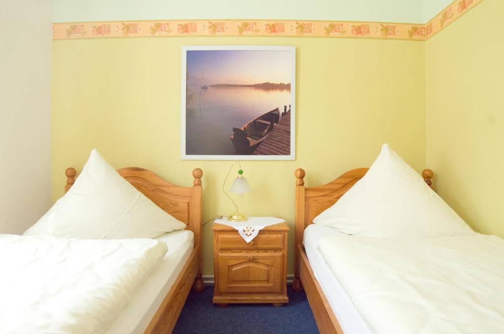 Ein Bett oder Betten in einem Zimmer der Unterkunft Pension Am Alten Markt