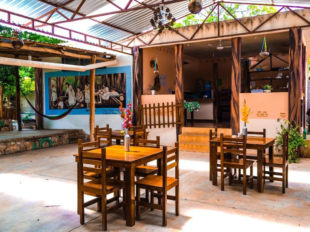 Un restaurante o sitio para comer en Yaxche Centro Hostal y Camping