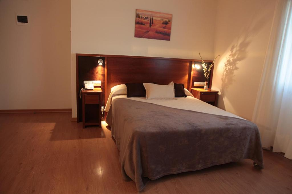 A bed or beds in a room at Hotel San Cibrao