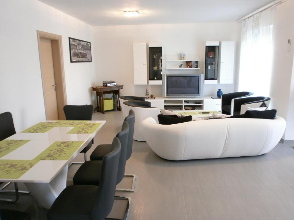 A seating area at Apartments Bora