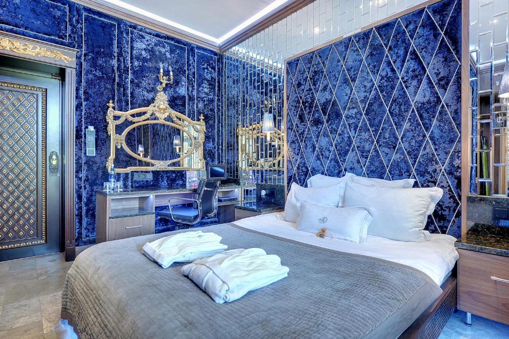 A bed or beds in a room at Mała Anglia Deluxe Rooms & SPA