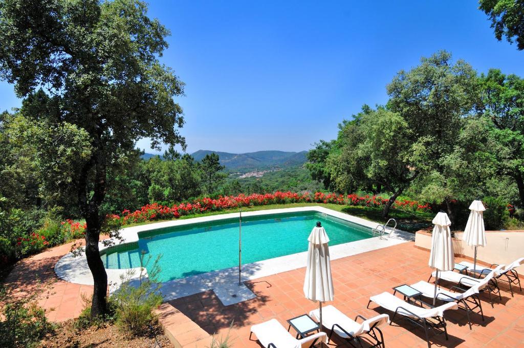 The swimming pool at or near Finca La Fronda
