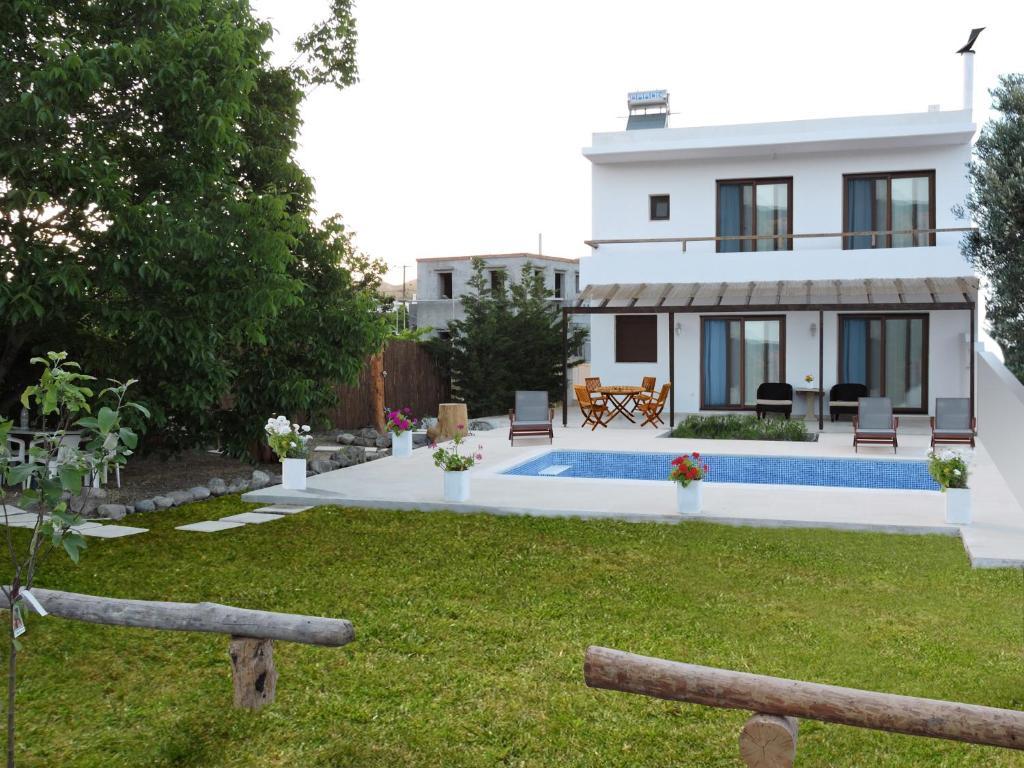 בריכת השחייה שנמצאת ב-Dolce Vati Luxury Villas או באזור