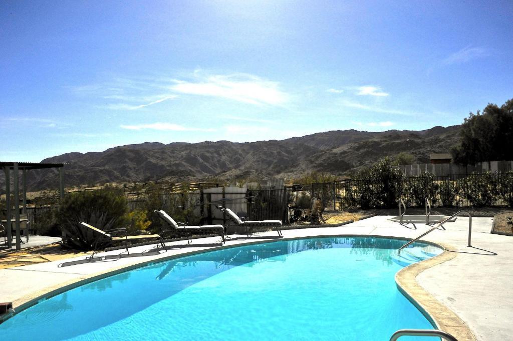 Der Swimmingpool an oder in der Nähe von Harmony Motel