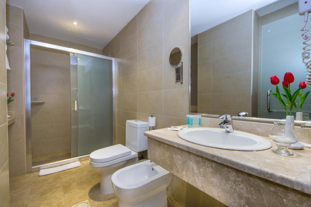 Un baño de Toledo Amman Hotel