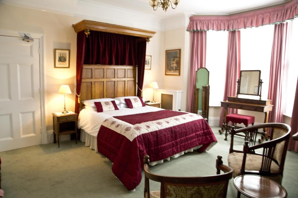 A bed or beds in a room at Banbury Cross B&B